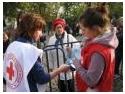 trusa sanitara de prim ajutor. Voluntarii Crucii Rosii acorda primul ajutor la pelerinajul de la Patriarhia Romana