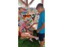Andrei, copil cu dizabilități care are grijă de alți copii ca el