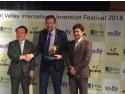 La inmanarea premului special Dr. ing. Manolescu este felicitat de dl. ALireza Rastegar, Presedintele Federatiai Internationala a Asociatiilor de Inventatori si de Dl. Lee Joon-seok, Presedintele Asociatiei Coreene de Promovare a Inventicii