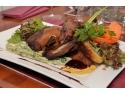 BOIERBEQUE - Scăricică de porc, ușor afumată cu lemn de cireș, băiţuită peste noapte, stropită cu vin roșu și pregătită la grătar. Servită cu mix de salată verde și cartofi la cuptor cu ierburi aromatice, sos verde românesc și maioneză cu muștar și peltea de struguri.