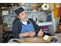 Călugărul Epifanios Mylopotaminos de la  Muntele Athos găteşte  la Grand Hotel Continental din Bucureşti