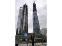 eficienta enerfetica. Lv Guosheng, responsabil din partea Danfoss pentru produsele Shanghai Tower, în fața celei de-a doua clădirii din lume ca mărime, aflată încă în construcție.