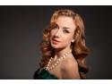 O femeie care poarta un colier cu perle