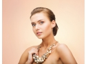 femeie care poarta un colier cu perle mari