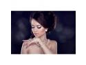 O femeie ce poarta un colier cu perle si cercei cu perle