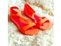 pui de curca de o zi. Modele inedite de sandale din silicon acum pe Zibra.ro!
