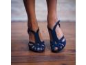 sandale. Stilistii propun sandalele si in sezonul rece pentru un look de revista