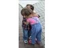 Frați din centru de plasament îmbrățișați