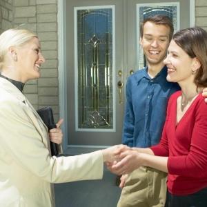 agent imobiliar. 5 motive pentru a lucra cu un agent imobiliar!