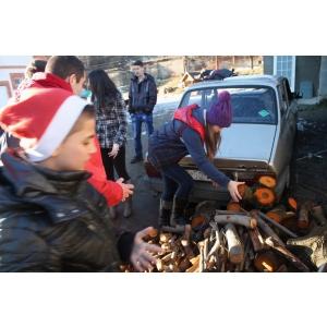 pompier voluntar. În Valea Jiului, elevii voluntari IMPACT au convins comunitatea să doneze lemne pentru oameni nevoiaşi.