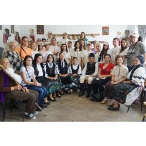 popular. Grup de studenti participanti la atelierele itinerante pentru descoperirea costumului popular din judetul Alba