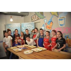 dr  oetker. Dr. Oetker prăjitureşte şi decorează alături de adolescenții din SOS Satele Copiilor România