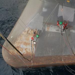 acces in coarda. In imaginea de mai sus se poate observa folosirea ancorelor magnetice si a corzilor tensionate, in cadrul operatiunii de sablare realizate de AlpAccess pentru producatorul Zafiro de la Exxon Mobil, pe coasta Malabo (Guineea Ecuatoriala).