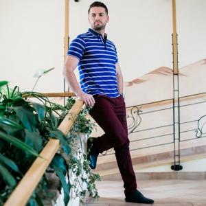 pantaloni bărbați eleganți. Bărbat îmbrăcat în stil casual