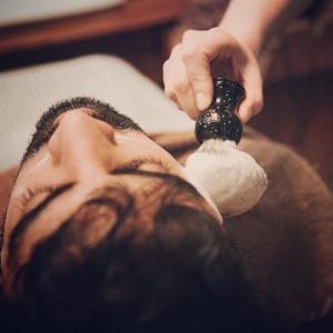 Firul de păr crescut sub piele: cauze, soluții și prevenire