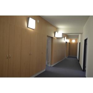 cladire. Compartimentare birou realizata cu dulapuri de birou