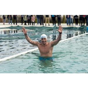 Paul Georgescu a devenit primul român care a înotat 1,6 km în apă înghețată!