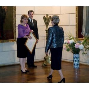 furnizor. Altetele Lor Regale Principesa Moștenitoare Margareta a României și Principele Radu al României, înmânând în 8 februarie 2010 Doamnei Bibiana Stanciulov, Proprietarul companiei SONIMPEX SERV COM, primul titlu de Furnizor al Casei Regale a României