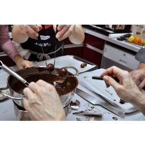 praline. Cadoul-experienta, inedit, delicios: cursuri de gatit si ateliere de facut praline
