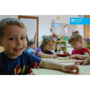 lipsa de vitamine. Copiii de la SOS Satele Copiilor Romania isi incep dimineata cu un mic dejun ce contine fier, vitamine si alte minerale