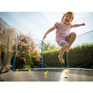 Cand copiii navalesc in curtea pensiunii sa sara in trambulina