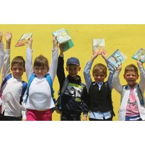carte veche. Asociația Curtea Veche împreună cu International British School of Bucharest, donație de carte pentru copiii din Negoiești