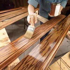 Lac incolor pentru lemn care previne deteriorarea. Cum faci alegerea potrivita?