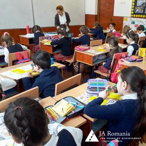 JA România și Raiffeisen Bank continuă să susțină educația financiară prin activități la clasă pentru elevii de școală generală și liceu
