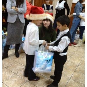 umanitara. 300 de copii nevoiasi au primit cadouri in campania umanitara de Craciun