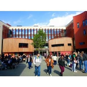 Patru universităţi din Marea Britanie oferă admitere pe loc în aceeaşi perioadă cu înscrierile la cele mai importante universităţi din ţară