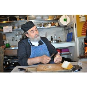 Athos. Călugărul Epifanios Mylopotaminos de la  Muntele Athos găteşte  la Grand Hotel Continental din Bucureşti