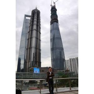 shanghai tower. Lv Guosheng, responsabil din partea Danfoss pentru produsele Shanghai Tower, în fața celei de-a doua clădirii din lume ca mărime, aflată încă în construcție.