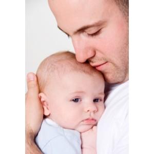 alocatie. Implicarea egala a tatalui in cresterea copilului este benefica pentru copil.