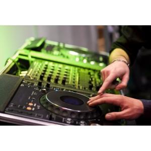 Cinci lucruri de care sa tii cont pentru a alege DJ-ul perfect pentru nunta !