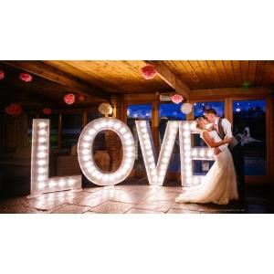 Cum poti transforma nunta ta intr-una de neuitat cu ajutorul luminilor