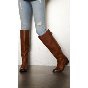aspect. Cizmele de dama cu aspect retro sunt in voga sezonul acesta!