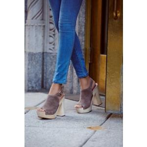 sandale platforma. Incearca sa-ti creezi un look special, purtand o pereche de sandale cu platforma!