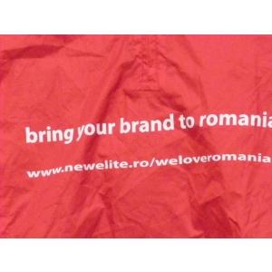 agentia de branding new elite . Pelerina lui Goerge poarta mesajul campaniei Bring your Brand to Romania www.newelite.ro/weloveromania/